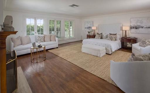 Flooring in the bedroom of Taylor Swift